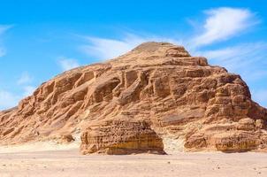 grote rotsachtige heuvel gedurende de dag foto