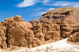 canyon met blauwe hemel foto