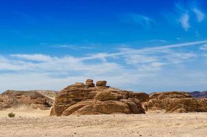 rotsen in de woestijn met blauwe lucht foto