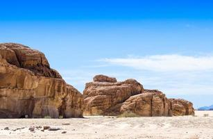 blauwe hemel over rotsachtige heuvels foto