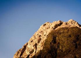 rotsachtige klif en lucht foto