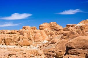 rotsen en blauwe hemel foto