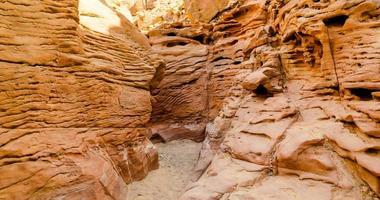 vallei in een woestijn canyon foto