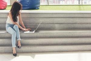vrouw met behulp van een computer buiten foto
