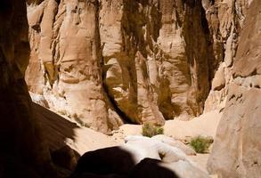 hoge rotsen en schaduw