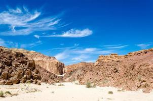 rotsachtige heuvels in een woestijn foto