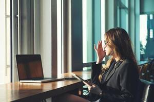 office vrouw met behulp van computer foto