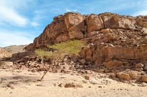 rotsachtige berg en zand foto