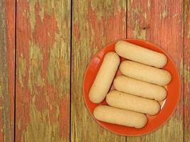 koekjes op een rode plaat op een houten tafel achtergrond foto
