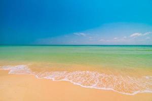 prachtig paradijs tropisch strand en zee foto