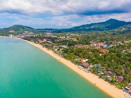mooie luchtfoto van strand en zee op het eiland Koh Samui, Thailand foto