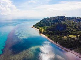 luchtfoto van de zee op het eiland Koh Samui, Thailand foto