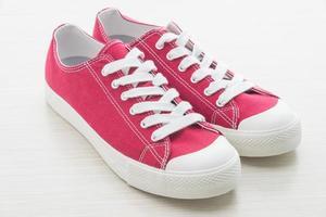 rode schoenen op witte achtergrond