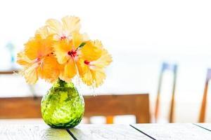 vaas op houten tafel met zee achtergrond