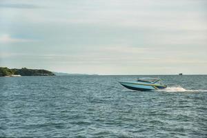 speedboot in de buurt van pattaya, thailand foto