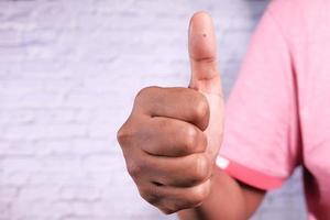 persoon houdt duimen omhoog