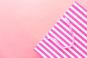 roze gestreepte geschenkzak op roze achtergrond