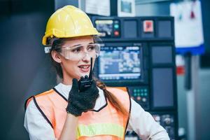 bouwvakker met behulp van een walkietalkie foto