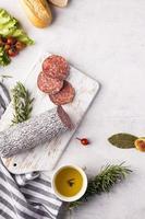 bovenaanzicht van heerlijke salami concept foto