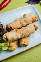 Turkse borek geserveerd met kruiden