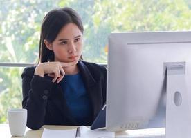 mooie zakenvrouw gelukkig werken op kantoor foto