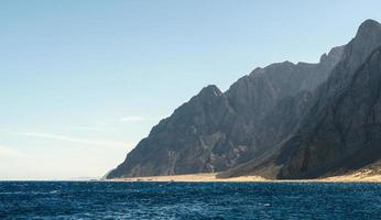 bergen in de buurt van de kust foto