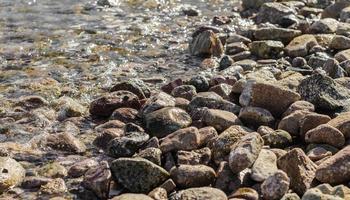 rotsachtige kust en water foto