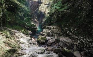 stroom die door rotsen loopt