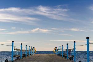 blauwe lucht en houten dok