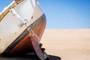 verlaten oud jacht op het zand