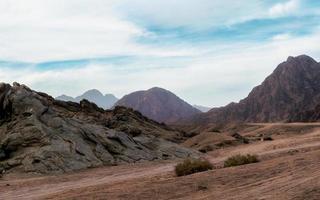 woestijn met rotsachtige bergen foto