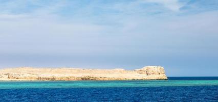 blauwe zee en rotsen