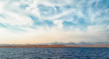 rotsen en blauwe zee foto