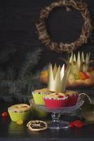 epiphany day cake desserts met kroon kopie ruimte foto