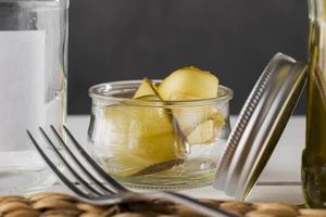 vooraanzicht van ingelegde komkommers in glazen potten foto