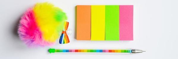 veelkleurige stickers en een pen op witte achtergrond foto