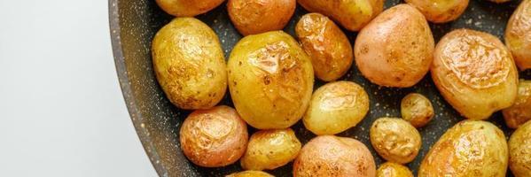 gouden geroosterde aardappelen in de schil. banner foto