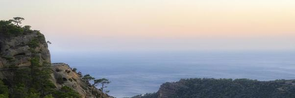 schemering berglandschap met uitzicht op de middellandse zee foto