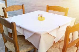 cafétafels aan de mediterrane dijk van de zee foto