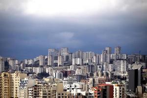 stormachtige wolken boven een stad foto