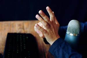 gekke gamer-streamer toont gebaren foto
