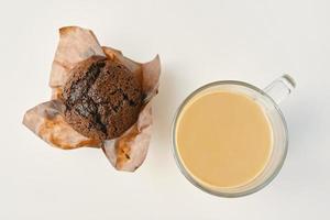plat leggen van zoet dessert en warme drank in helder glas foto