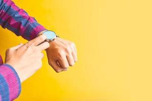 man draagt een slim horloge in de dagelijkse levensstijl foto
