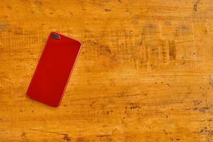 plat leggen van mobiele telefoon op houten tafel foto