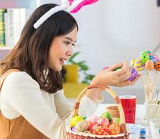 vrouw kleurt en tekent op de eierschaal foto