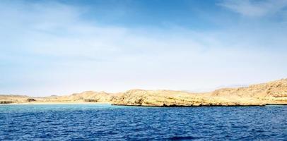rotsachtige kust overdag foto