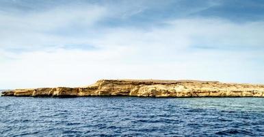 uitzicht op zee met rotsen foto
