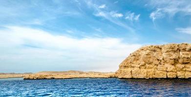 rotsformaties en de zee foto
