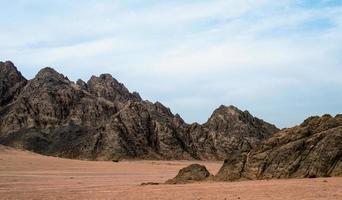 rotsachtig landschap met zand foto