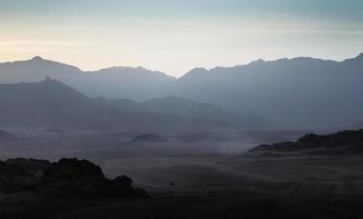 rotsachtige berg silhouetten foto